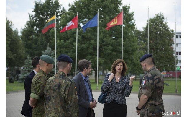 L'Ambassadrice et son homologue lituanien rencontrent des officiers du bataillon multinational